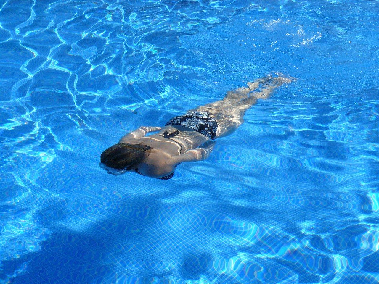 Wasser Pool Frau Schwimmen