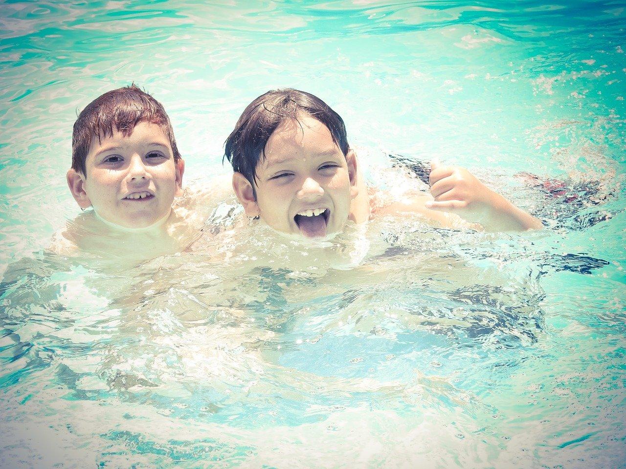 Wasser Pool Kinder Jungs Planschen Schwimmen