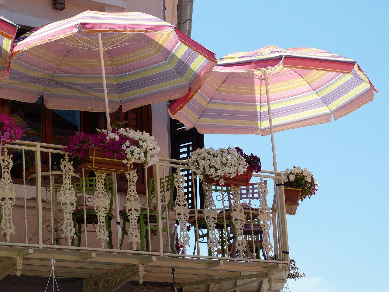 Balkon Sonnenschirm Pflanzen Blumen