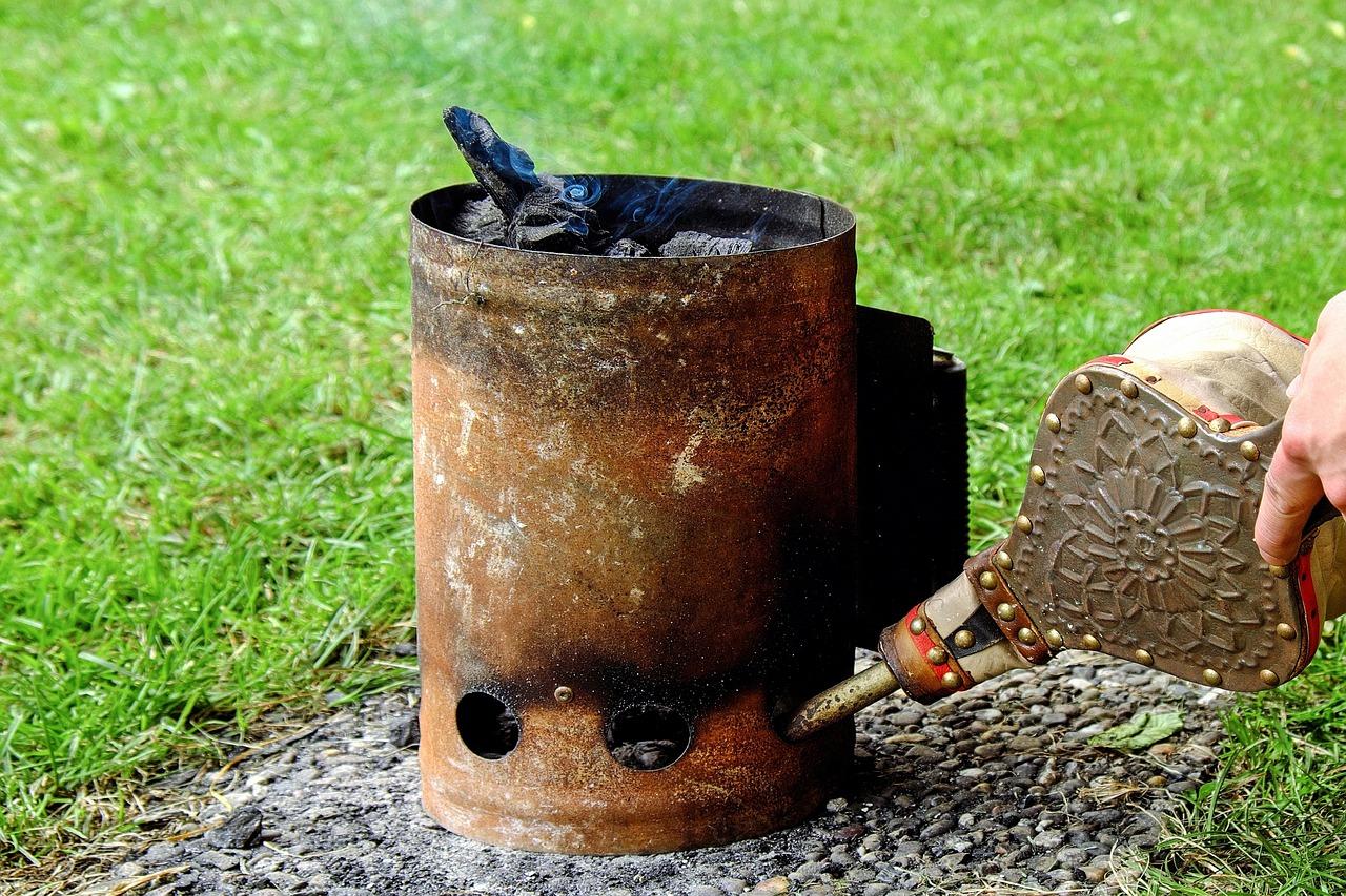 Barbecue Grill Anzündkamin Feuer anzünden