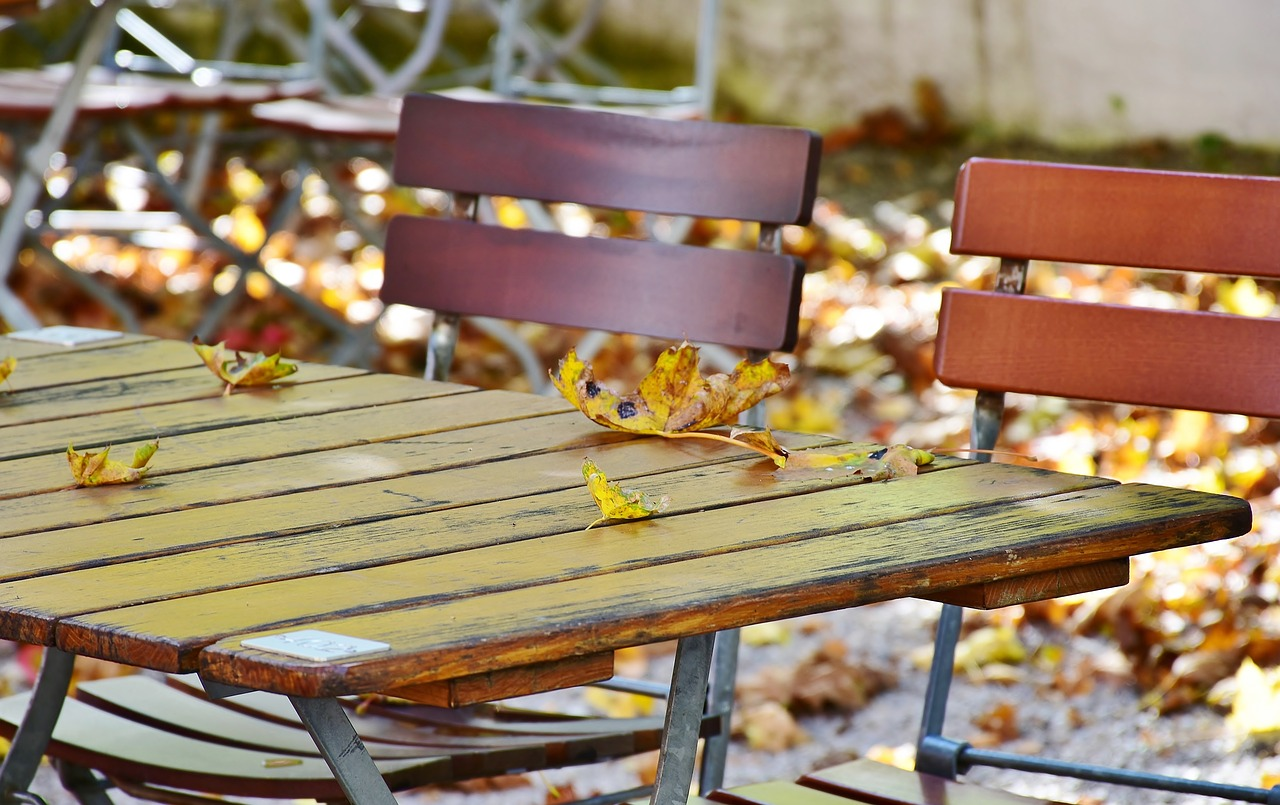Biergarten Außenbereich Herbst Herbstblätter Bestuhlung