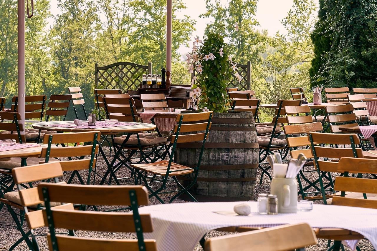 Biergarten Außenbereich Terrasse Bestuhlung Tische