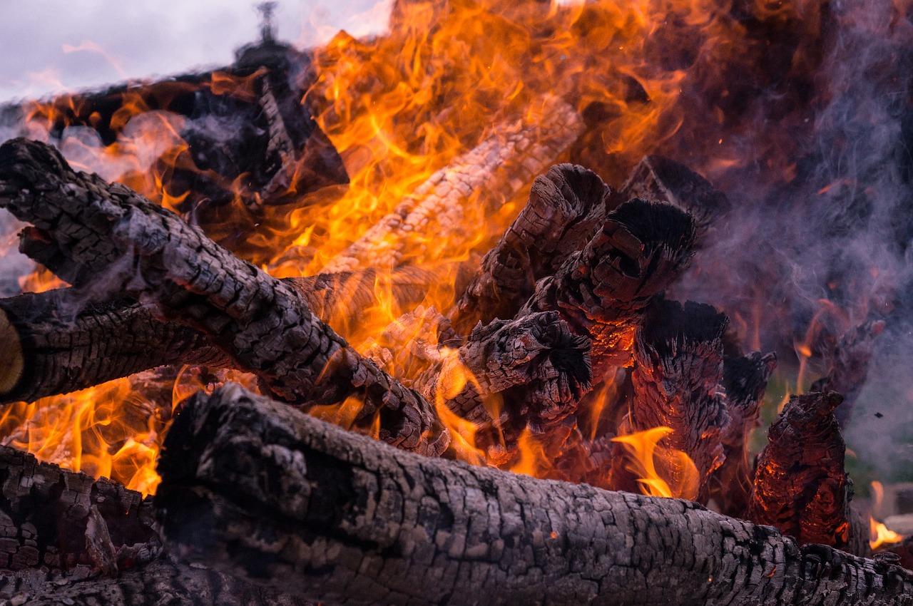 Feuer Glut Hitze anzünden entfachen