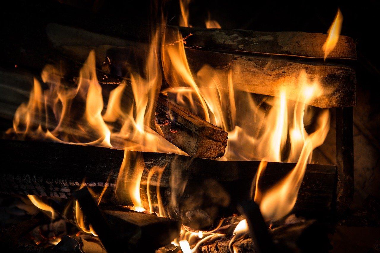 Feuer Holz Flammen Anzündwolle