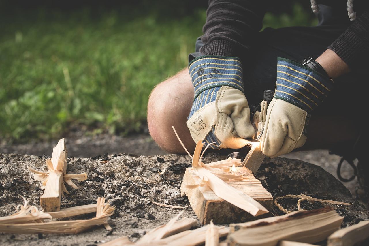 Feuer machen Feuerstelle Feuer Holz Handschuhe