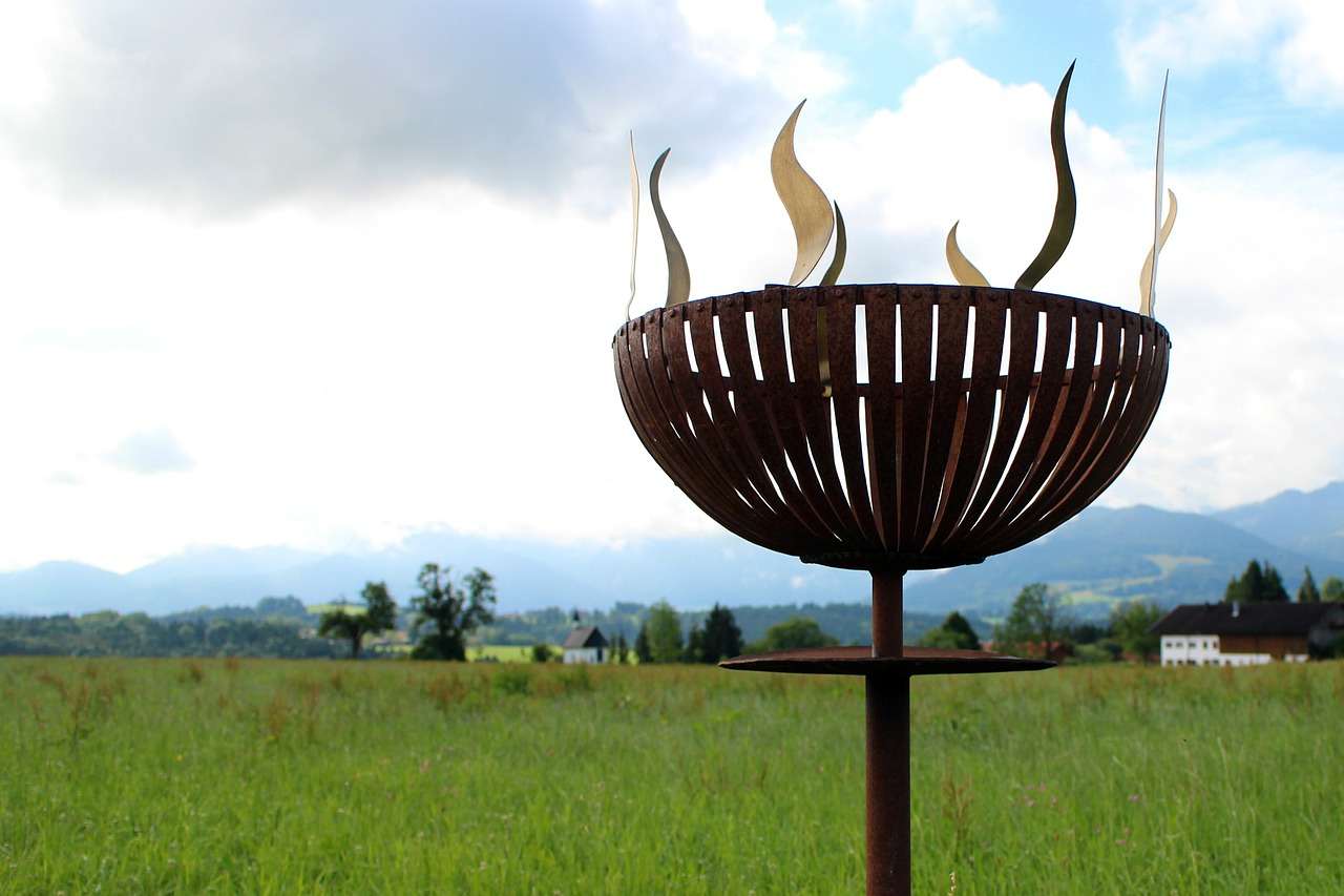 Feuerschale Garten Wiese Rasen Landschaft
