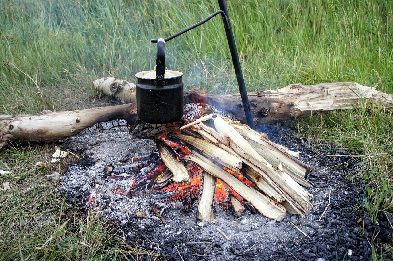 Feuerstelle Feuer Glut Asche Rasen verbrannt