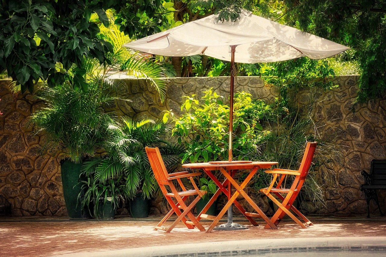 Garten Außenbereich Sonnenschirm Tisch Stühle Sitzmöglichkeit