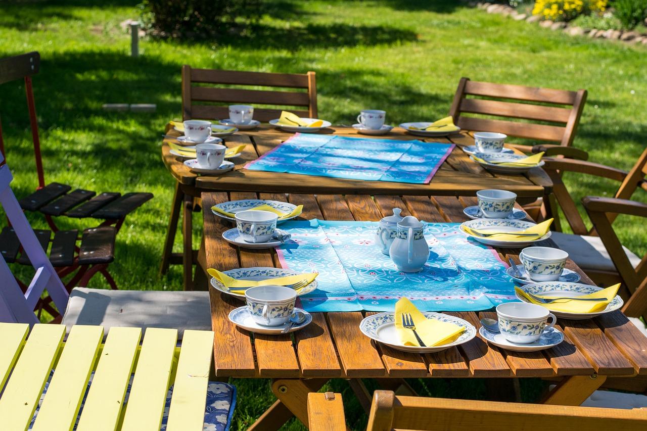 Garten Außenbereich Terrasse Gedeckter Tisch Essen Sitzen