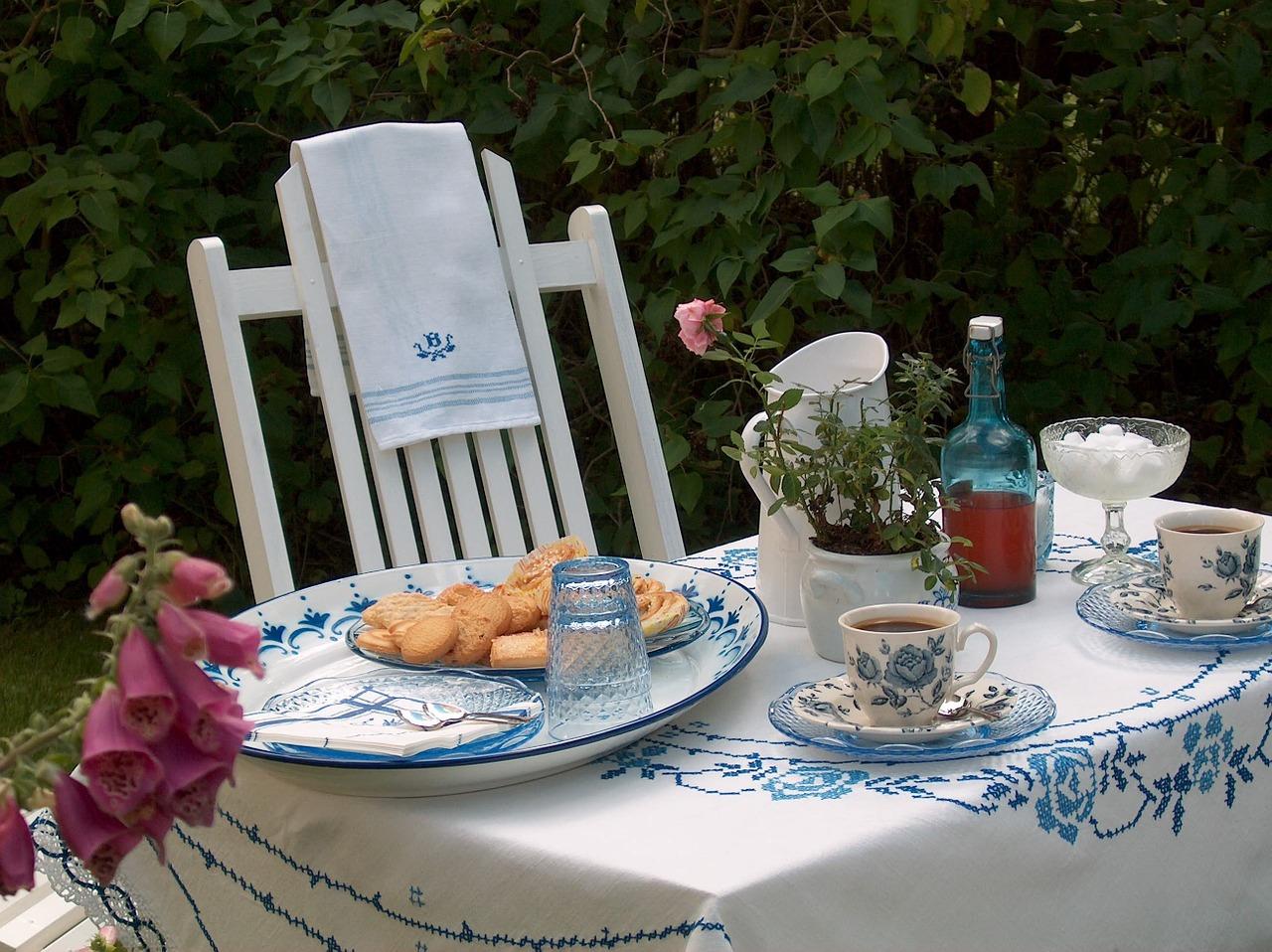 Garten Gartentisch Kaffee Gebäck Kuchen gedeckter Tisch