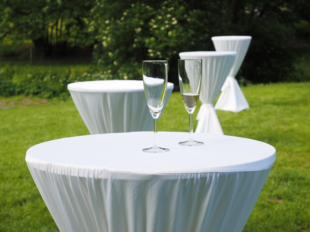 Garten Stehtisch Sekt Champagner Feier Hussen