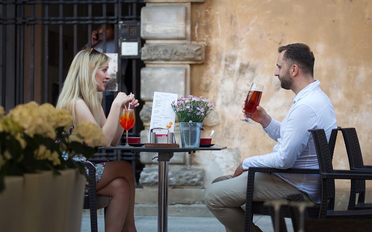Gastronomie Außenbereich Biergarten Café Paar Mann Frau Trinken
