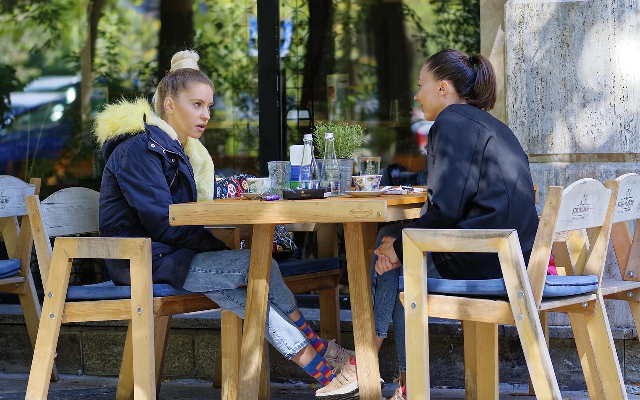 Gastronomie Außenbereich Biergarten Terrasse Herbst sitzen essen trinken Kälte