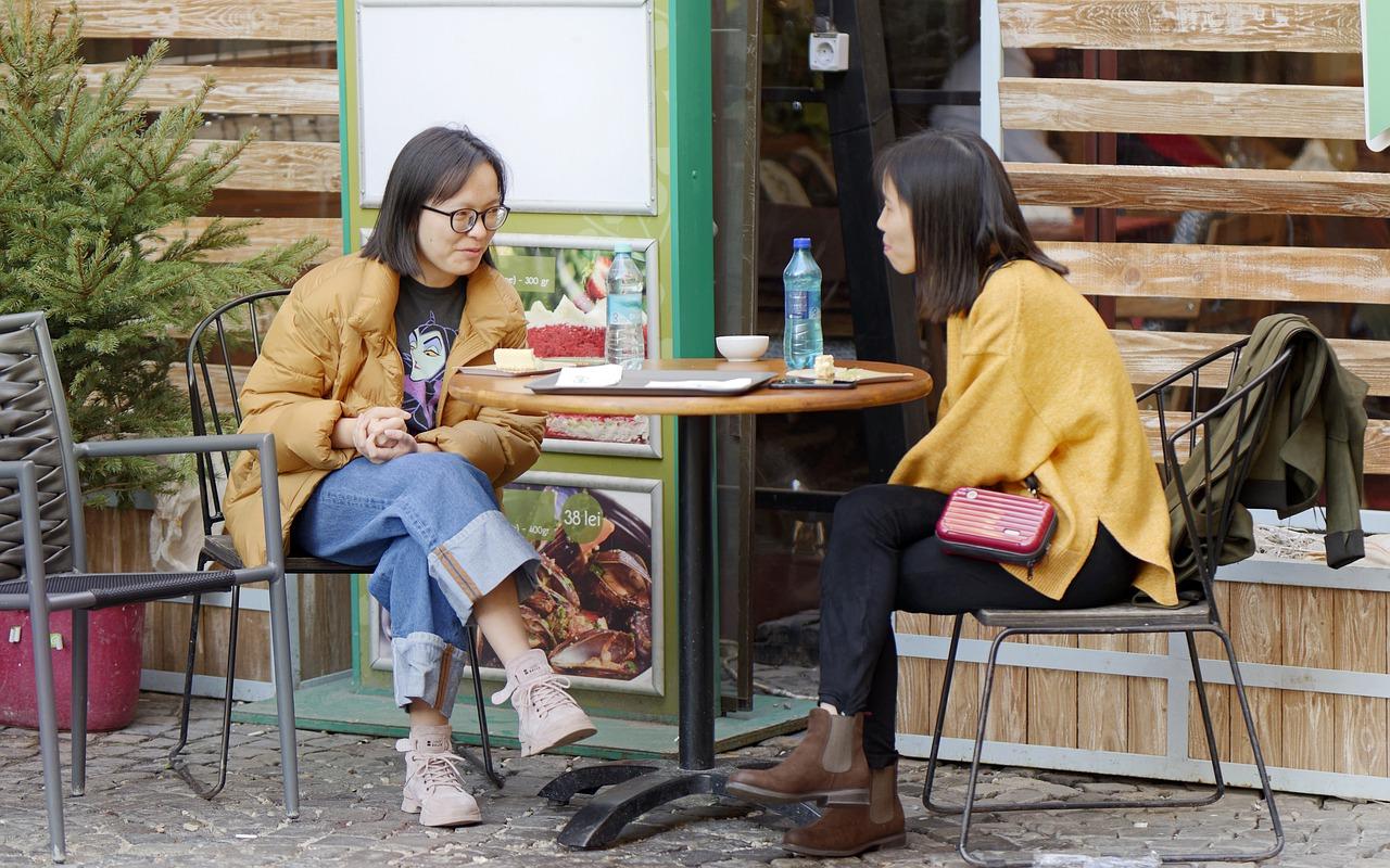 Herbst Winter Außenbereich Terrasse Frauen Kaffee trinken sitzen