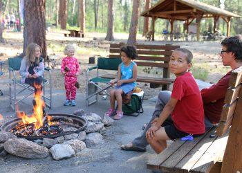 Spiele fürs Lagerfeuer   Besten Lagerfeuerspiele für Kinder
