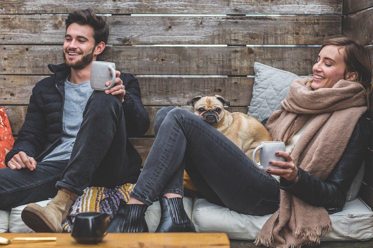Mann Frau sitzen relaxen Außenbereich