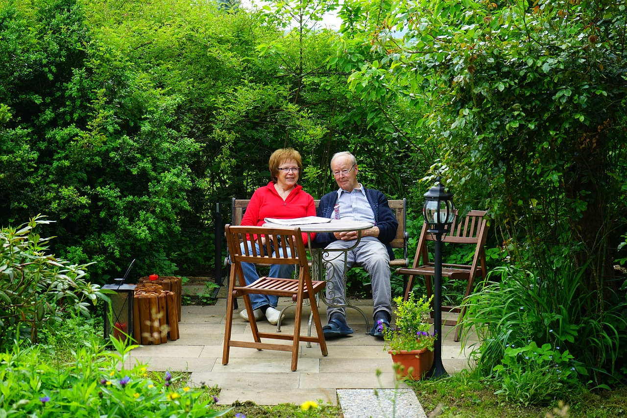 Paar Ehepaar Mann Frau Sitzen Außenbereich Garten
