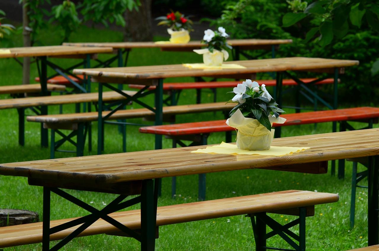 Party Außenbereich Garten Wiese Biertisch Biergarnitur Pflanzen Tischdeko