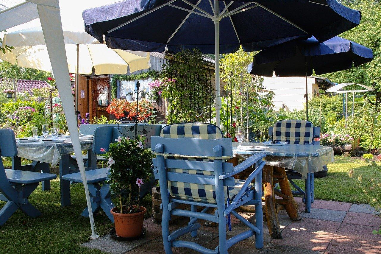 Party Grillen Grillfest Sonnenschirm Gartenlounge Gartentisch