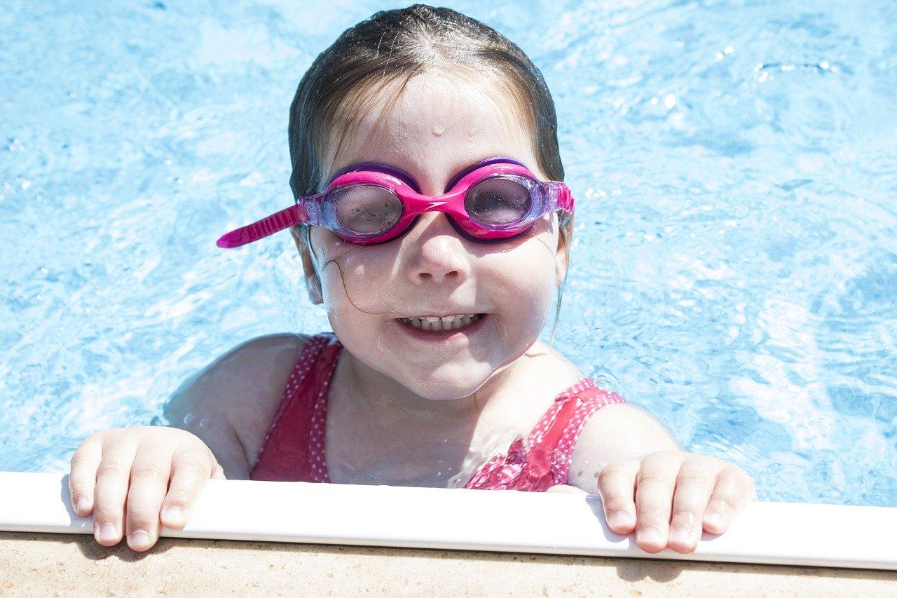Pool Freibad Wasser Mädchen Planschen Schwimmen Schwimmbrille