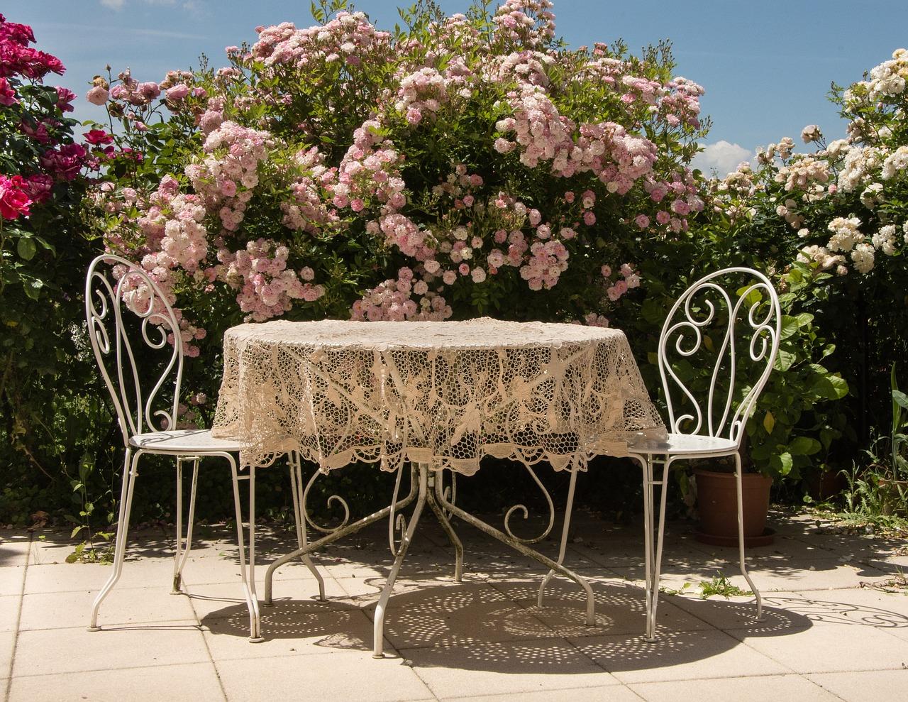 Terrasse Tisch Stühle Sitzen Blumen Hecke Garten