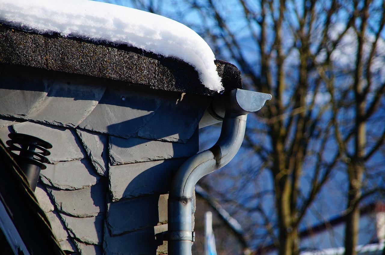 Fallrohr Regenrinne Dachrinne Winter Frost Schnee Eis Kälte