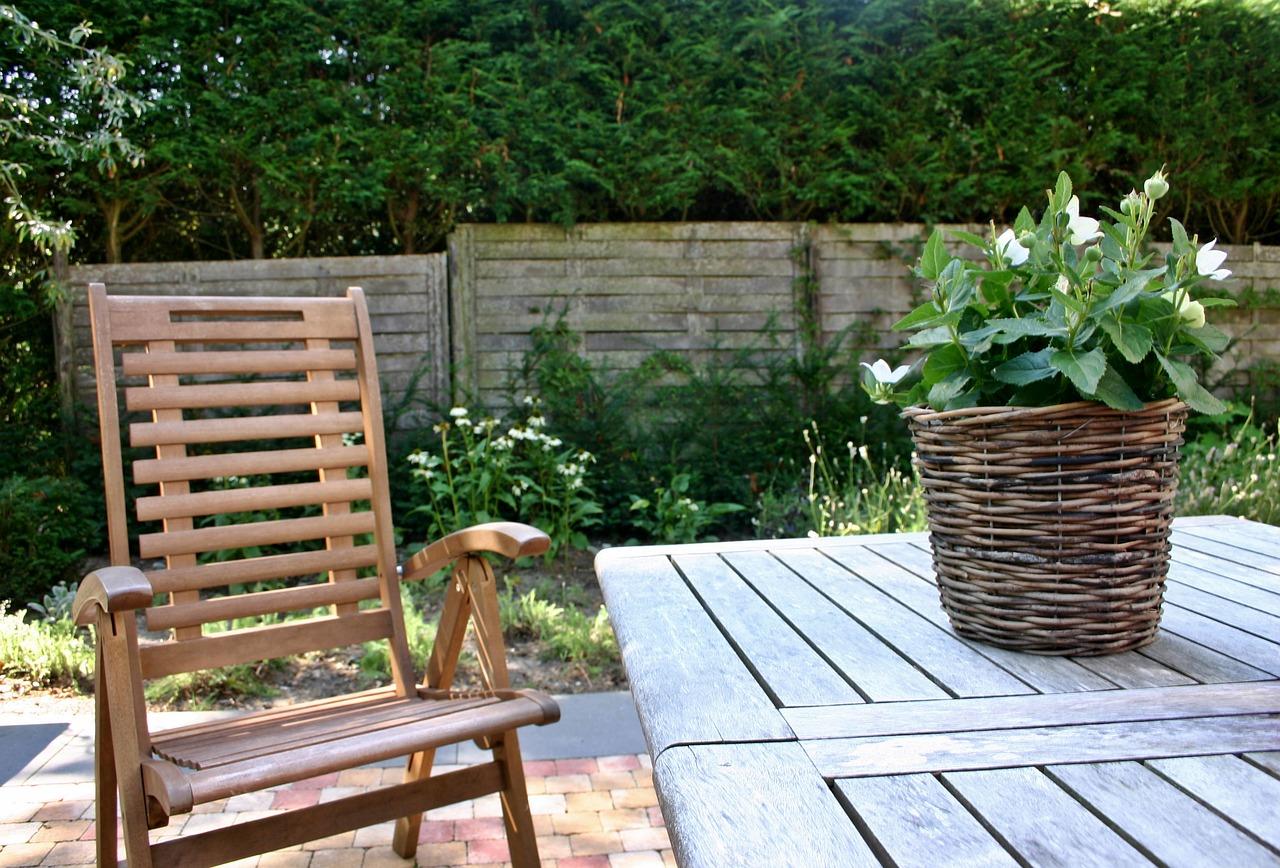 Garten Außenbereich Gartenstuhl Gartentisch Pflanze Blumen