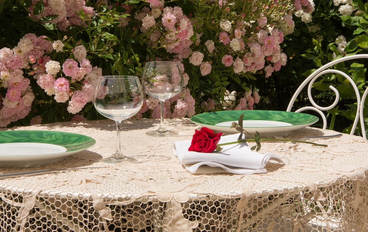 Sommer Terrasse Garten Tisch Decken Servietten Rosen