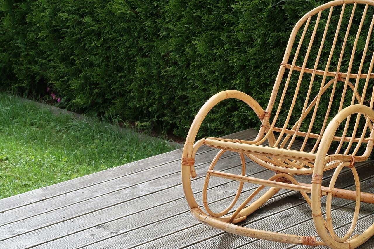 Terrasse Sitzen Schaukelstuhl Garten Rasen