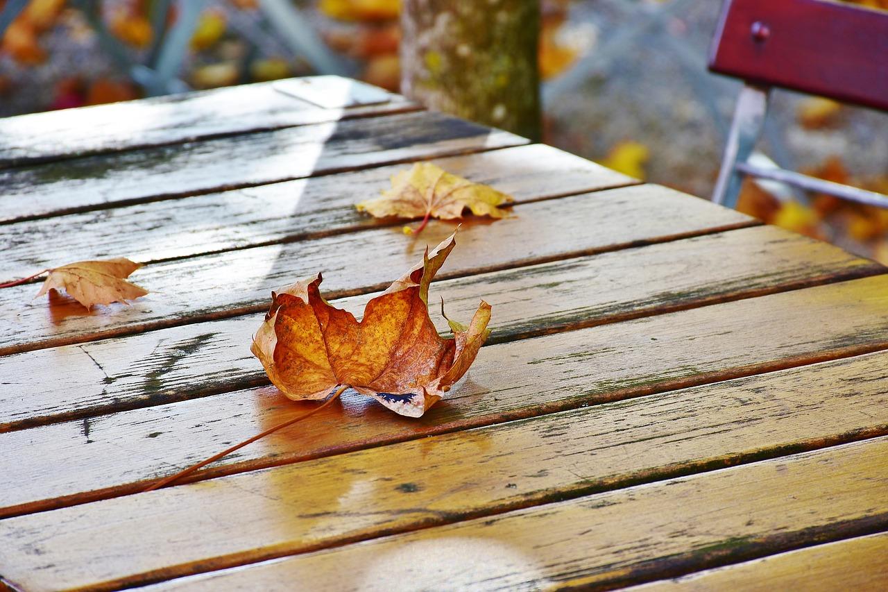 Tisch Stühle Außenbereich Terrasse Garten Herbst Sitzen