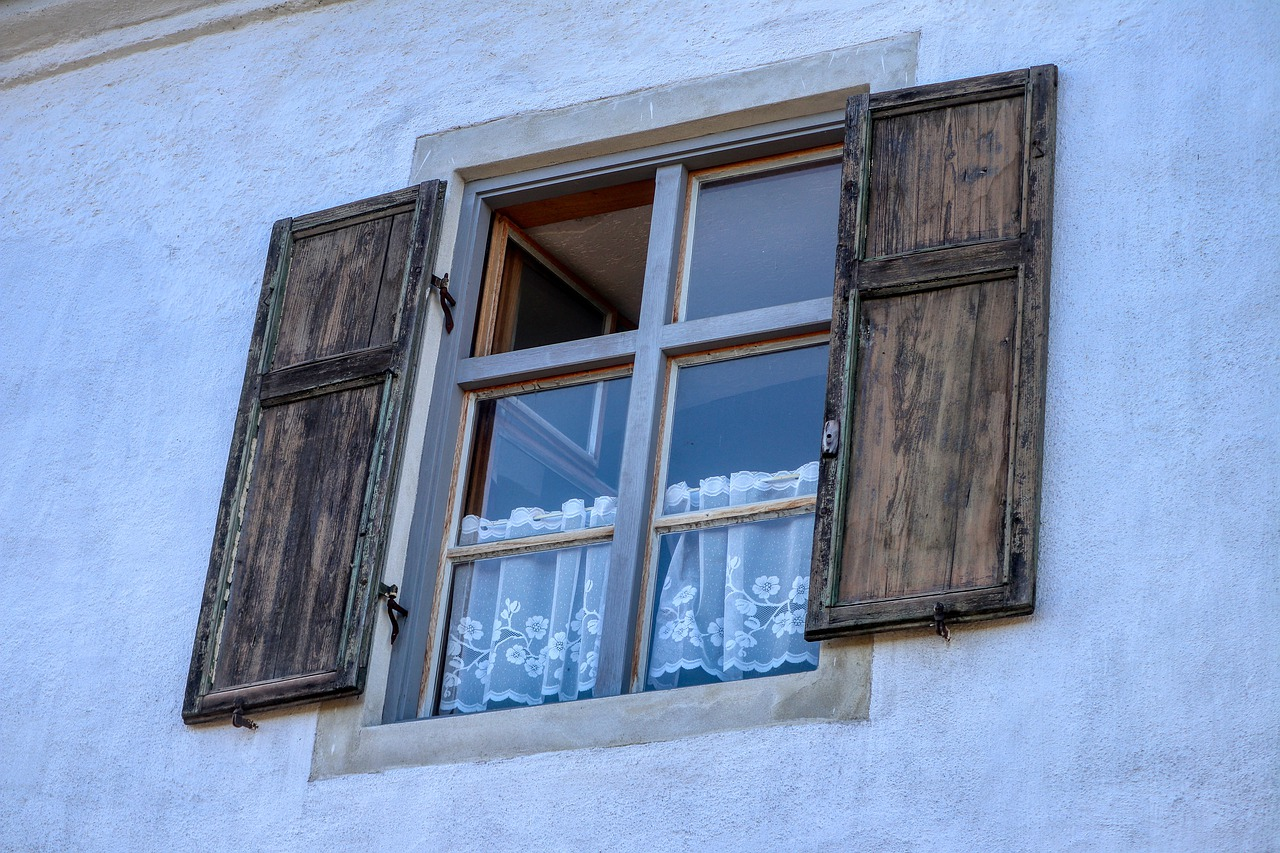 Fenster Gardinen Haus Fassade Fensterläden