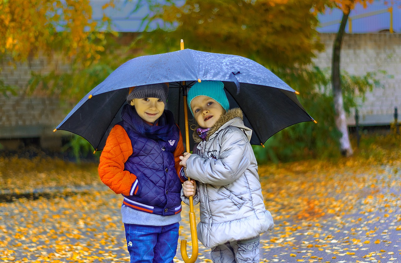 Herbst Regen Kälte Schirm Spaziergang Kinder Laub