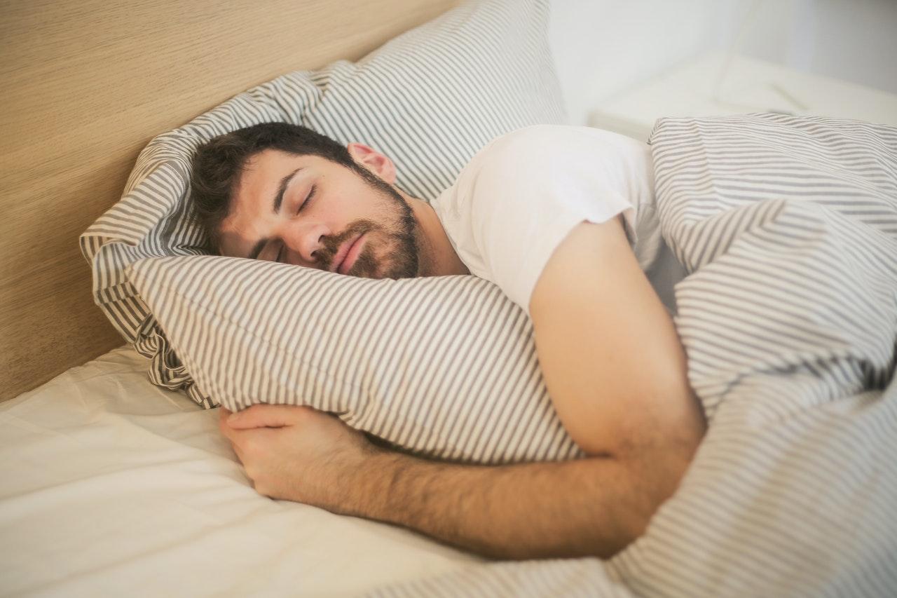 Bett Bettdecke Kopfkissen Schlafen Mann