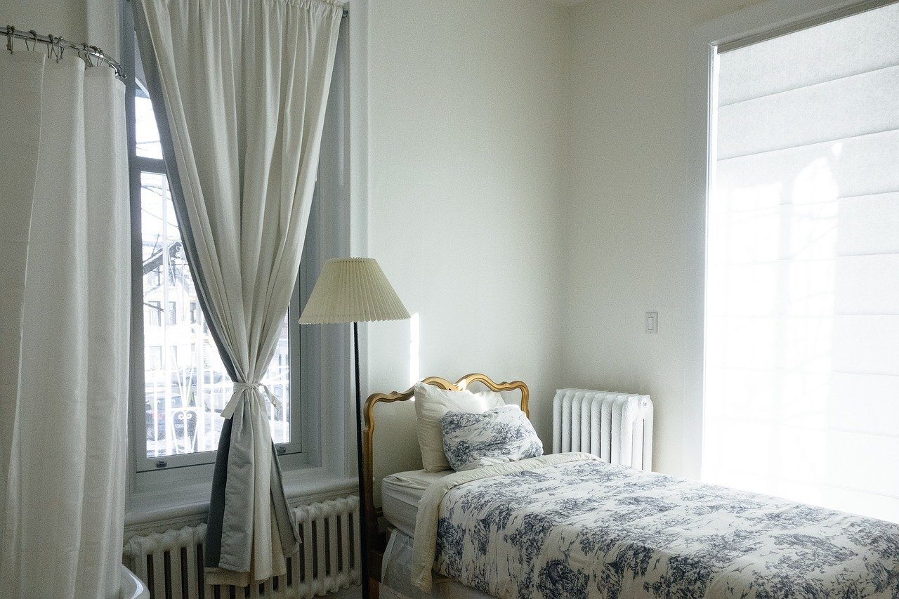 Schlafzimmer Fenster Fensterbank Heizung Heizkörper Bett