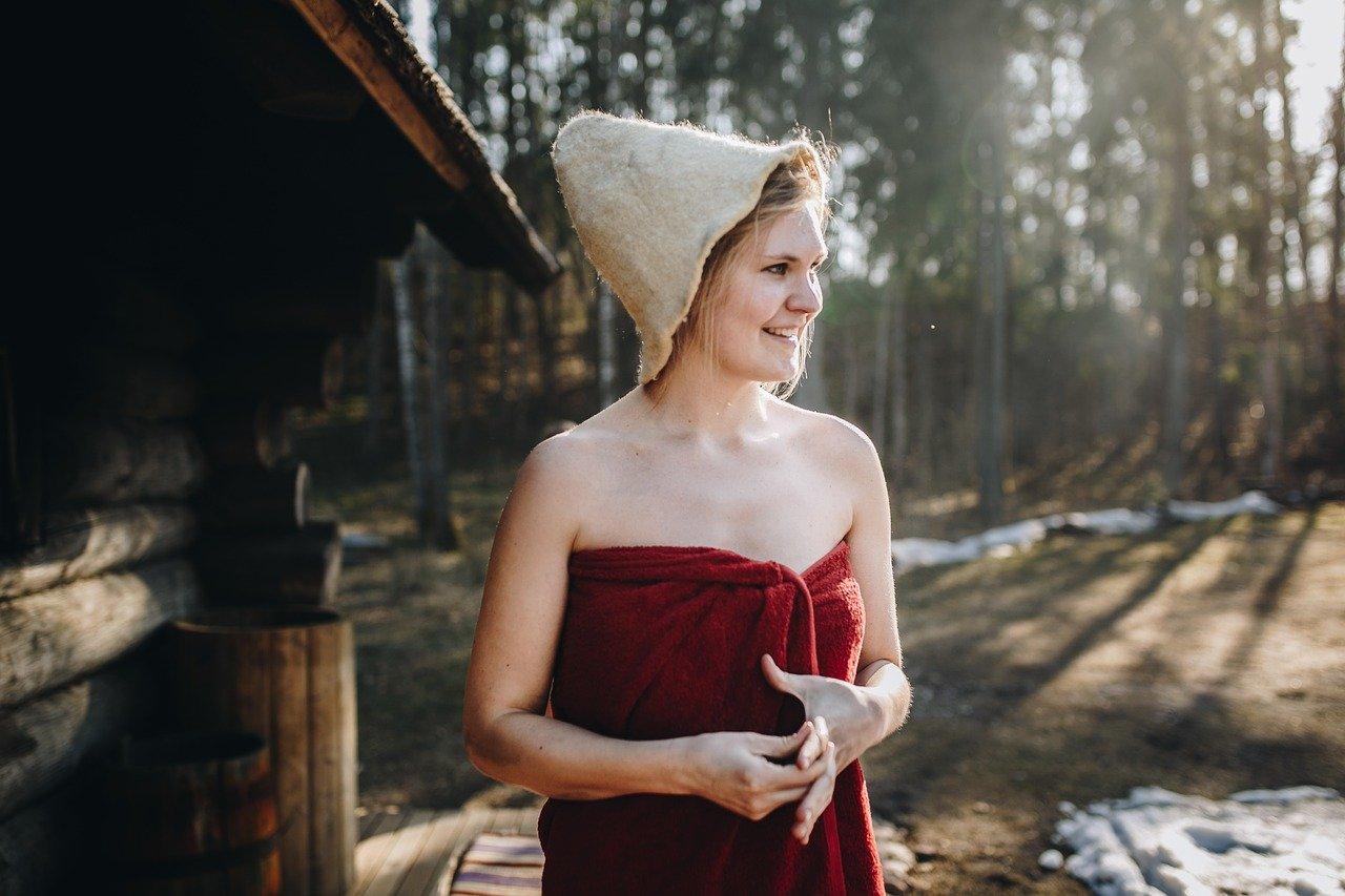 Traditionelle Sauna Frau Handtuch