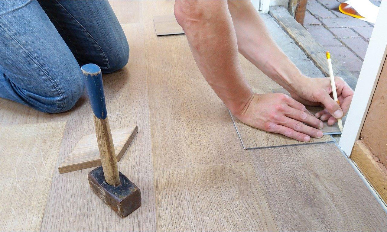Bodenbelag verlegen Handwerker