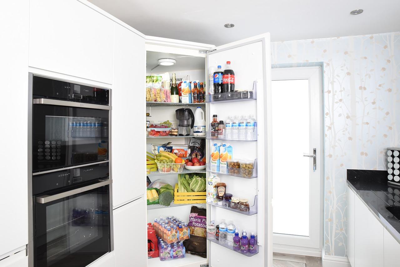 Kühlschrank offen gefüllt Küche