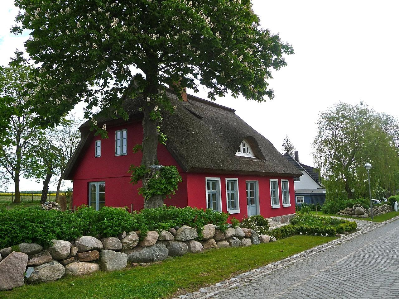 Einfamilienhaus rot Reetdach