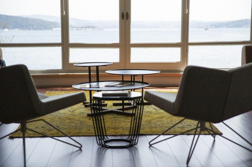 Zimmer Stühle Tisch Teppich