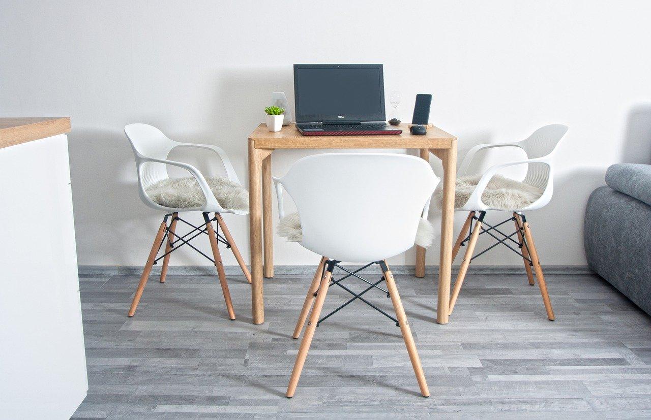 Grauer Bodenbelag Tisch Stühle